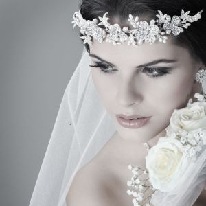 Eyes show stronger makeup effect on this bridal look
